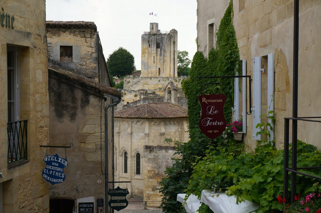 Saint Emilion restaurants and alleyway