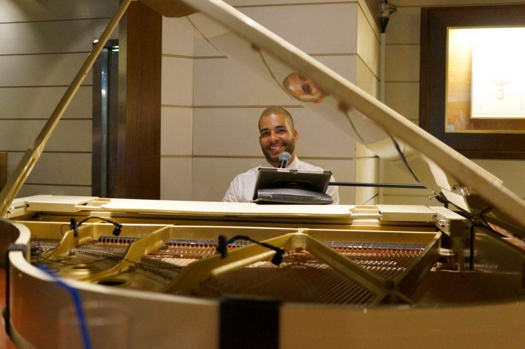 piano player on Pullmantur Monarch cruise