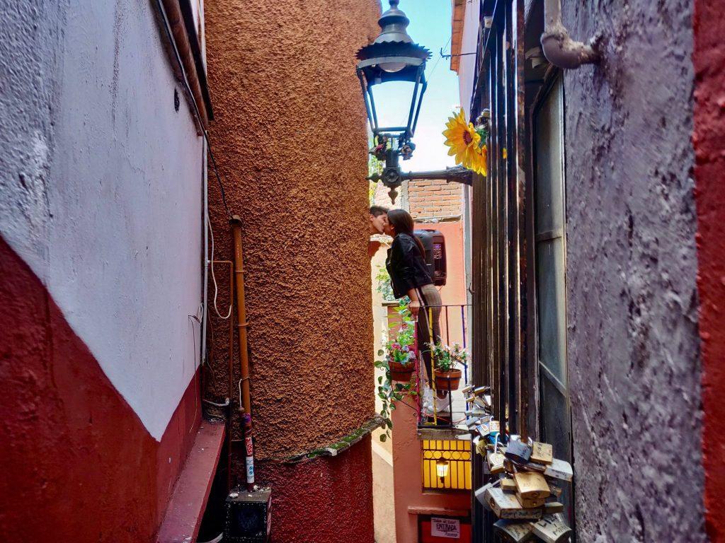 Guanajuato kiss alley Callejón del Beso