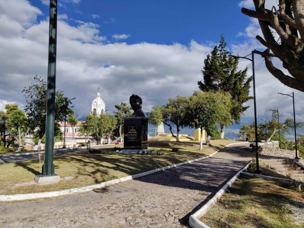parque 21 de abril with walkway and monument of Bolivar